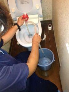 便器の水を抜く作業