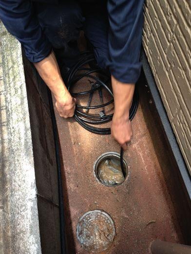 排水管内部を洗浄してつまりを抜く作業